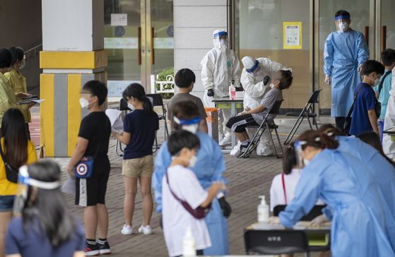 28일 오전 서울 관악구 난우초등학교에 설치된 선별진료소에서 4,5학년 학생들이 신종 코로나바이러스 감염증(코로나19) 검사를 받고 있다. 연합뉴스