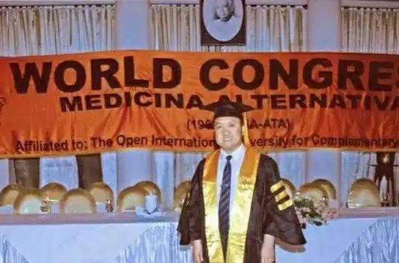 올해 71세의 기공대사 류상린은 자신이 해외에서 학위를 취득했다고 선전하고 있다. [중국 신경보망 캡처]