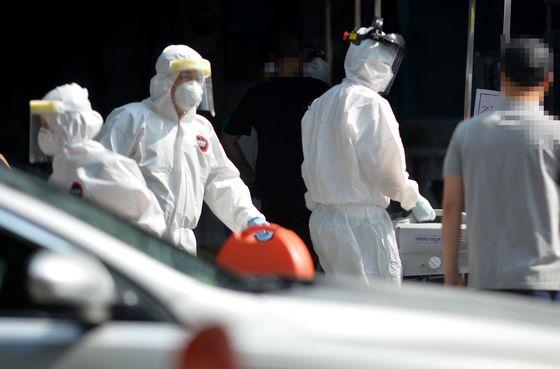 28일 오후 대전 서구보건소 코로나19 선별진료소에서 의료진들이 시민들을 검사하고 있다. 프리랜서 김성태