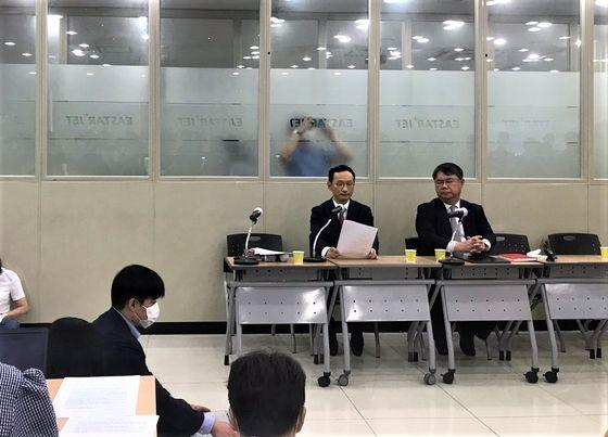 긴급기자회견을 진행 중인 김유상 이스타항공 전무(왼쪽)와 최종구 이스타항공 대표. 문희철 기자
