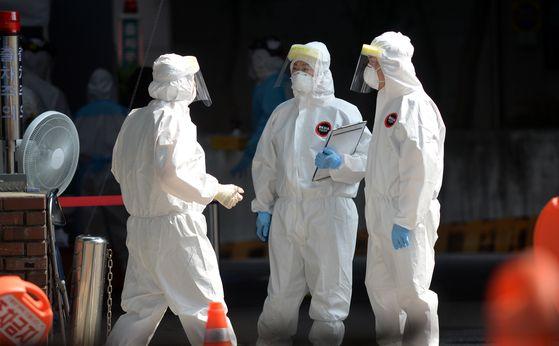 대전발(發) 신종 코로나 바이러스 감염증(코로나19) 확산 세가 꺾이지 않고 있는 가운데 28일 오후 대전 서구보건소 코로나19 선별진료소에서 의료진들이 시민들을 검사하고 있다. 프리랜서 김성태
