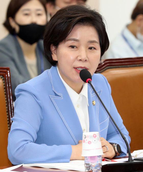 양향자 더불어민주당 의원이 지난 17일 서울 여의도 국회에서 열린 기획재정위원회 전체회의에 참석해 인사말을 하고 있다. 뉴스1