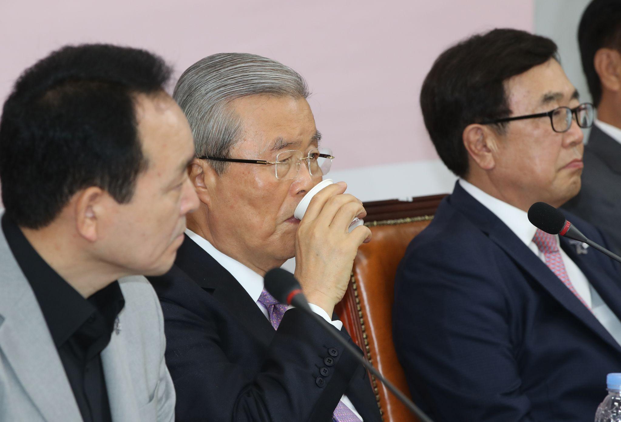 미래통합당 김종인 비대위원장(왼쪽 두 번째)이 24일 국회에서 열린 비상대책위원-중진의원 연석회의에 참석해 물을 마시고 있다. 오종택 기자