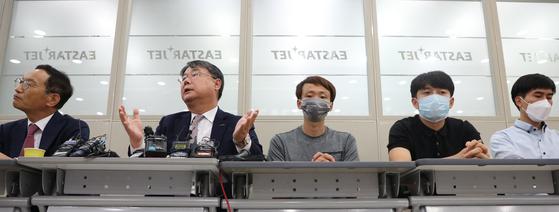 최종구 이스타항공 대표(왼쪽 두번째)가 제주항공과 이스타항공의 인수·합병 관련 기자회견을 하고 있다. 연합뉴스