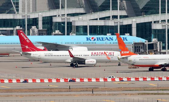 인천국제공항 계류장에 이스타항공 여객기가 멈춰서 있다. 뉴스1