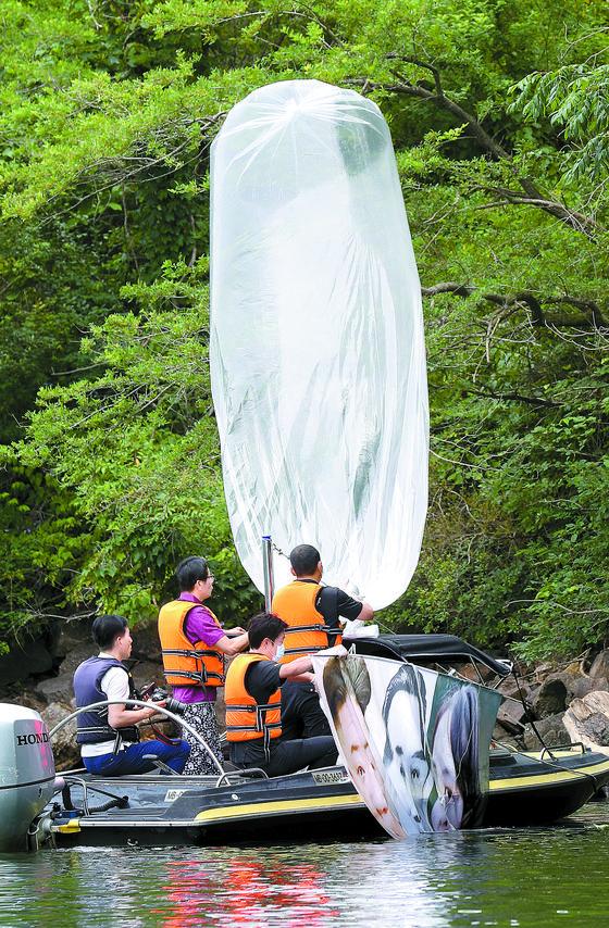 강원도 홍천에 떨어진 대북전단 풍선을 수거하는 모습. 연합뉴스