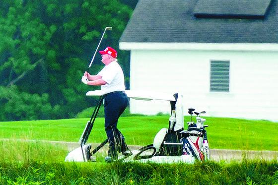 도널드 트럼프 미국 대통령이 27일(현지시간) 버지니아주 스털링에 있는 트럼프 내셔널 골프 클럽에서 골프를 하고 있다. [EPA=연합뉴스]