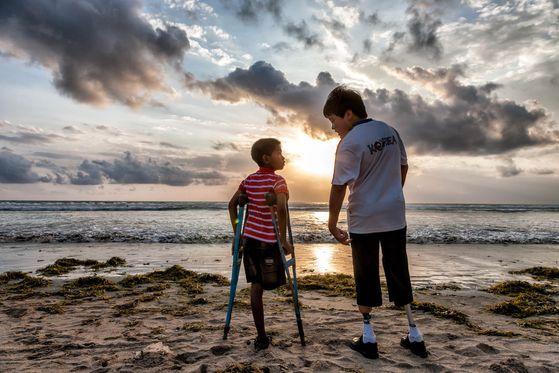 2009년 6월, KT아트홀에서 열린 컴패션 사진전에 로봇다리 세진이로 유명해진 김세진 군과 어머니 양정숙 씨가 방문했다. 후원을 결심한 세진 군은 자신과 비슷한 장애가 있는 아이로 연결해달라고 컴패션에 요청하였고, 인도네시아의 새로운 동생 넬디를 만났다. [사진 허호]