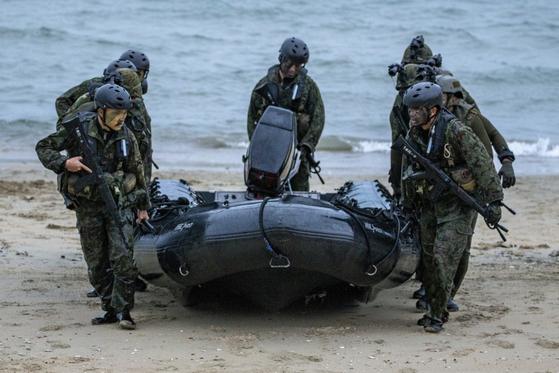 지난해 '탤리즈먼 세이버 2019' 연합훈련에 참가한 일본 육상자위대 수륙기동단 정찰대가 헬기 착륙 지점을 확보하기 위해 가상 적진에 침투하고 있다. [사진 미 육군]