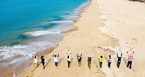 지난 20일 전남 완도군 명사십리해수욕장에서 해상치유 프로그램인 '노르딕 워킹' 참가자들이 바닷가를 걷고 있다. 완도군은 내년 4월 열리는 국제해조류박람회를 앞두고 해양치유산업을 미래 먹거리산업으로 육성키로 했다. 프리랜서 장정필