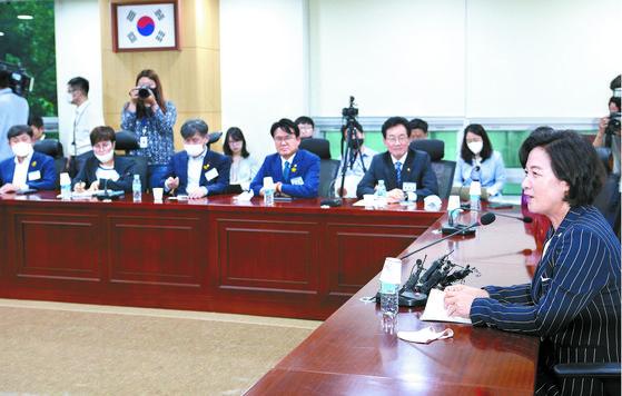 추미애 법무부 장관이 지난 25일 서울 여의도 국회 의원회관에서 열린 초선의원 혁신포럼 '슬기로운 의원생활'에서 강연을 하고 있다. [뉴스1]