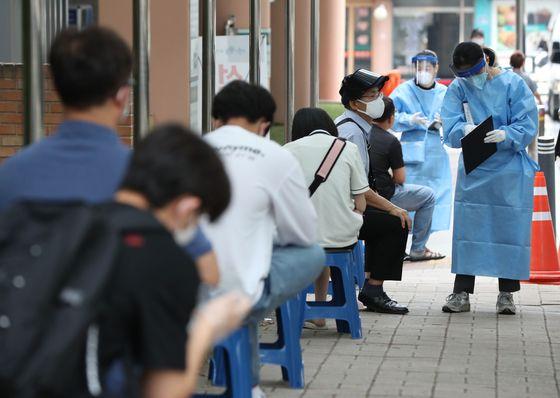 서울 관악구 왕성교회발 신종 코로나바이러스 감염증(코로나19) 집단감염 여파가 거세지는 가운데 29일 오전 서울 관악구 보건소에 마련된 선별진료소에 시민들이 진료를 받기 위해 대기하고 있다. 뉴시스