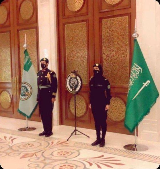 사우디 왕실의 여성 경호원(오른쪽). 사탐 알사우드 왕자 트위터