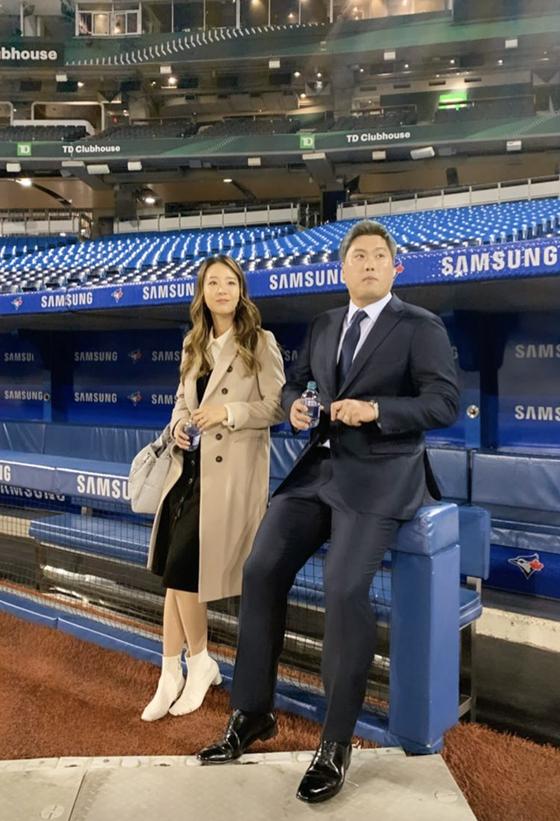 지난해 12월 토론토와 계약한 뒤 아내 배지현 씨와 로저스 센터를 둘러본 류현진. 그로부터 6개월 여만에 토론토를 방문하게 됐다. [연합뉴스]