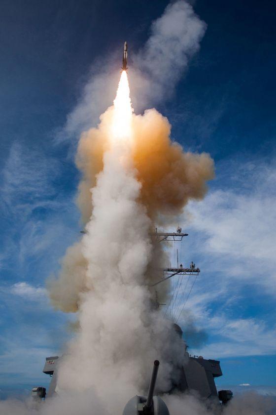 미국 해군의 이지스 구축함인 존 폴 존스함(DDG 53)이 SM-2 블록 ⅢA 미사일을 발사하고 있다. 이 구축함은 2016년 6월 첫 탄도탄 경보 훈련에 참가한 미측 전력이다. [미국 미사일 방어국]