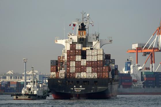 지난 2월 12일 컨테이너를 가득 실은 화물선이 일본 요코하마항으로 들어가고 있다. 29일 일본 정부는 한국산 탄산칼륨에 대한 반덤핑 관세 조사를 시작한다고 밝혔다. 사진은 기사 내용과 무관. [EPA=연합뉴스]