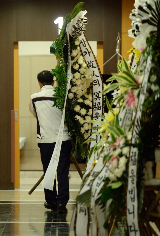 정부가 8월 21일부터 소비자 보호를 위해 재사용 화환 표시를 의무화한다. 사진은 서울의 한 장례식장에 근조화환이 배달되고 있는 모습. 중앙포토