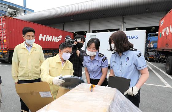 관세청이 다음달부터 납세자보호관 제도를 시행한다. 사진은 17일 부산세관을 방문한 노석환 관세청장(왼쪽 두번째). 연합뉴스