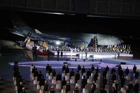 지난 25일 경기도 성남 서울공항에서 문재인 대통령을 비롯한 국가유공자와 유족들이 참석한 채 6ㆍ25 전쟁 70주년 추념식이 열렸다. [청와대사진기자단]