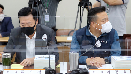 류기정 사용자위원과 이동호 근로자위원이 25일 제2차 최저임금위 전원회의에서 다른 곳을 보고 있다. 뉴스1
