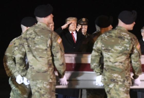 지난 2월 도널드 트럼프 미국 대통령이 아프간에서 숨진 미군 운구 행렬을 향해 경례를 하고 있다.[AP=연합뉴스]