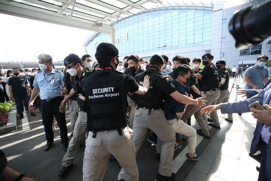 인천공항 사장의 회견장 입장을 막으며 항의하는 직원들. 뉴시스