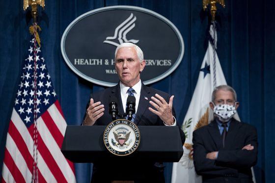 코로나19 상황 브리핑 중인 마이크 펜스 미국 부통령. 뒤에서 앤서니 파우치 미 국립 알레르기·전염병 연구소장이 마스크를 쓴 채 지켜보고 있다. [EPA=연합뉴스]