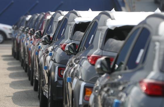 지난해 현대자동차 울산공장 수출선적부두에 차들이 대기하고 있다. 연합뉴스