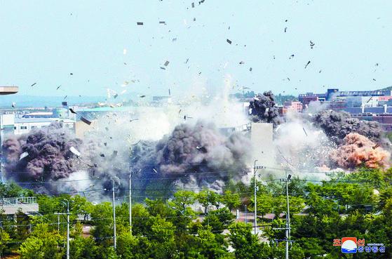 지난 16일 개성 연락사무소 폭파로 파편이 튀고 연기가 일고 있다. 남북 갈등을 완화하기 위해 한·중 고위급 대화 채널을 가동해야 한다는 지적이 나온다. [조선중앙통신=연합뉴스]