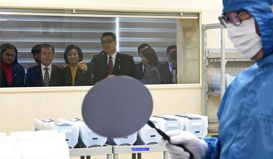 일본이 반도체 생산에 사용되는 핵심 소재 3품목에 대해 수출규제를 강화한지 4개월 만인 지난해 11월 22일 문재인 대통령이 천안 MEMC코리아 공장을 방문해 불화수소 에칭 공정을 보고 있다. [청와대사진기자단]