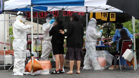 30일 오전 대전시 동구 가오동 동구보건소에 마련된 신종 코로나바이러스 감염증(코로나19) 선별진료소에서 확진자와 접촉한 초등학생들이 검사받고 있다. 연합뉴스