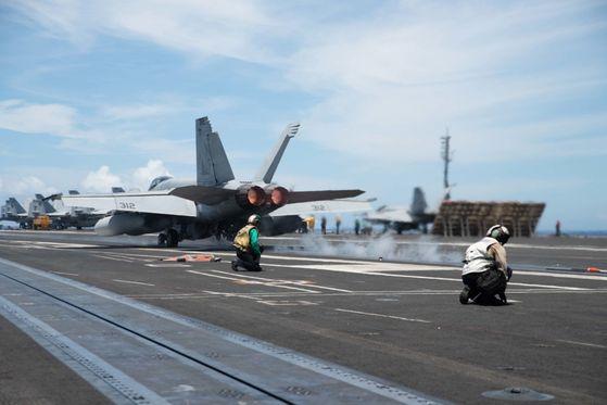 미국 해군이 핵추진 항공모함 로널드 레이건함(CVN 76) 갑판에서 F/A-18F 수퍼 호넷 전투기가 이륙하려고 하고 있다. 로널드 레이건함은 28일부터 필리핀해에서 니미츠함(CVN 68)과 합동 훈련을 벌이고 있다. [미 해군]