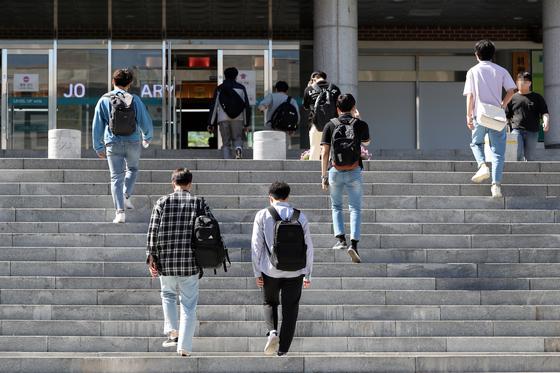 지난 5월 6일 오전 광주광역시의 한 대학교 교정에서 학생들이 강의실을 향해 걸어가고 있다. 연합뉴스
