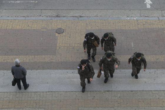 휴가를 나온 육군 병사들. 연합뉴스