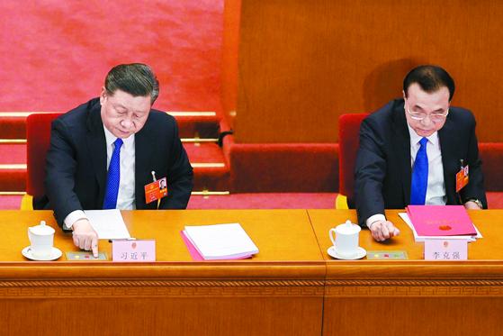 지난달 28일 베이징 인민대회당에서 열린 전인대 폐막식에서 시진핑 중국 국가주석(왼쪽)과 리커창 총리가 홍콩 국가보안법 결의를 표결하고 있다. AFP=연합뉴스