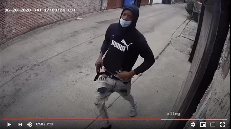 10대 또래를 쏘고 달아나는 러로이 배틀. 사진 시카고 경찰 트위터 캡처
