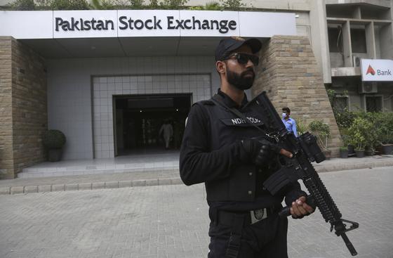 파키스탄 반군, 소총 난사하며 증권거래소 습격...3명 사망