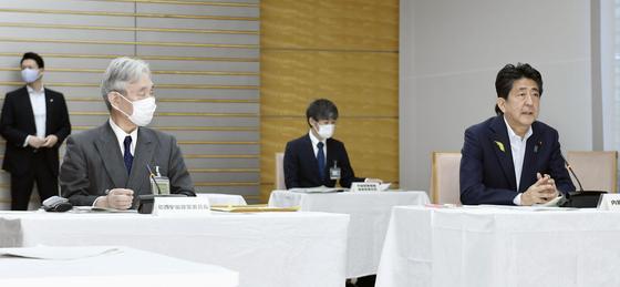 아베 신조 일본 총리가 29일 총리관저에서 열린 우주개발전략본부 회의에 참석해 발언하고 있다. 이날 회의에서 일본 정부는 새 '우주기본계획'의 방향을 정했다. [AP=연합뉴스]