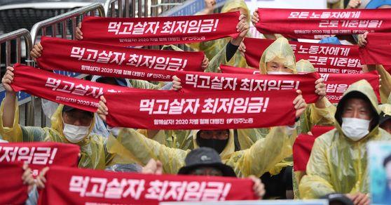 민주노총의 최저임금 인상 요구 집회. 뉴스1