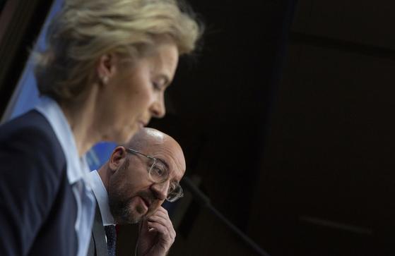 샤를 미셸 유럽위원회 상임의장(오른쪽)과 우르술라 폰 데어 라이엔 유럽연합 집행위원장(왼쪽). AP-연합뉴스