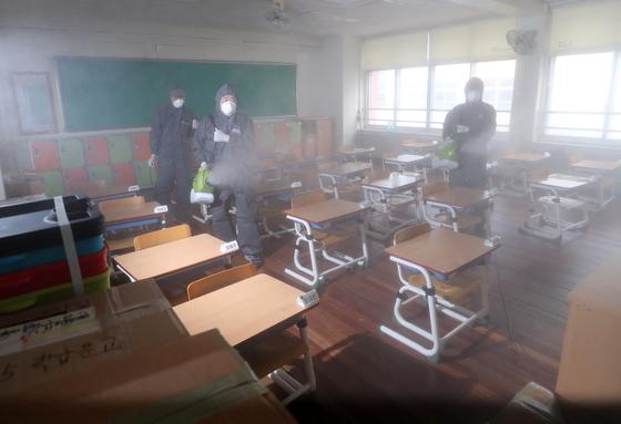 30일 오전 대전시 동구 천동 대전천동초등학교에서 방역업체 관계자가 학교 시설을 소독하고 있다. 대전시는 전날 이 학교에 재학 중인 한 학생이 신종 코로나바이러스 감염증(코로나19) 확진 판정을 받았다고 밝혔다. 연합뉴스