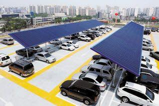 롯데마트는 친환경 녹색 매장 구축에 앞장서고 있다. 전국 39개 점 옥상에 태양광 발전설비를 구축해 연간 460만kw, 1600가구가 1년간 사용 가능한 전력을 생산하고 있다. [사진 롯데마트]