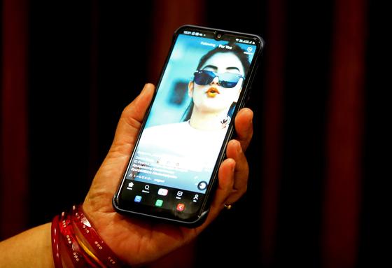 중국이 내놓은 동영상 앱인 틱톡을 쓰고 있는 인도 여성. 29일 인도 정부는 틱톡 등 59개 중국산 앱을 금지하겠다고 밝혔다. 여기에는 틱톡, 위챗 등이 포함된다. [EPA=연합뉴스]