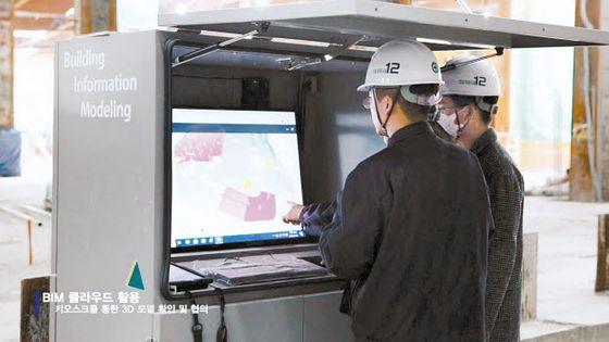 현대엔지니어링 엔지니어들이 BIM 클라우드가 내장된 키오스크를 활용해 현장 3D 모델을 검토하고 있다.