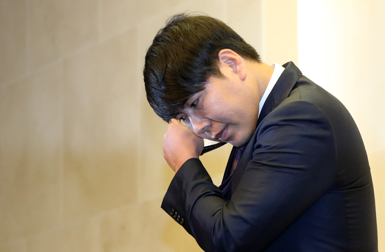 23일 사과 기자회견에서 마스크를 벗는 강정호. [연합뉴스]
