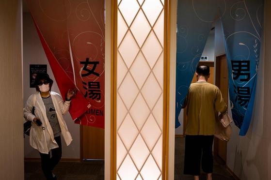 일본에서 료칸 8곳에 올해 설날에 예약을 걸어놓고 나타나지 않은 여성을 상대로 지난 29일 약 3100만원 규모의 소송을 제기했다. 일본에서는 예약을 해놓고 나타나지 않는 이른바 '노 쇼'문제가 전역에서 일어나고 있다. 사진은 요코하마에 있는 한 온천의 입구. [AFP=연합뉴스]