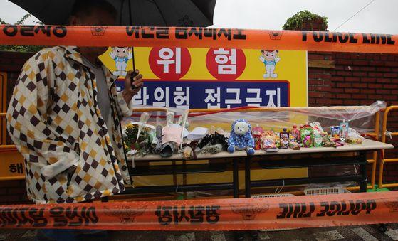 지난 15일 부산 해운대구 재송동 반산초등학교 앞 스쿨존에서 발생한 교통사고로 숨진 6세 여아를 추모하는 발길이 이어졌다. 송봉근 기자