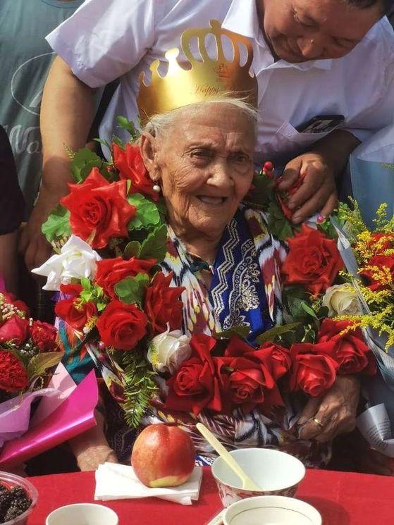 알리미한 세이티 할머니가 지난 25일 134번째 생일파티에서 종이로 만든 왕관을 쓰고 기뻐하고 있다 . [트위터 캡처]