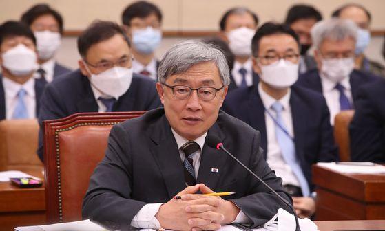 최재형 감사원장이 24일 국회에서 열린 법사위 전체회의에 출석해 의원 질의에 답변하고 있다. 오종택 기자