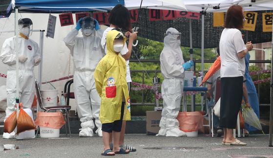 30일 오전 대전 동구보건소에 마련된 신종 코로나바이러스 감염증(코로나19) 선별진료소에서 한 초등학생이 검사를 받기 위해 기다리고 있다. 뉴스1